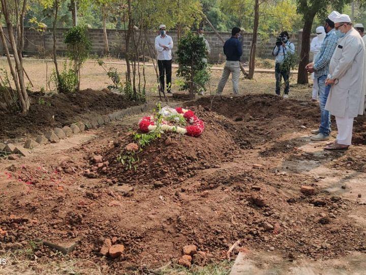 माता-पिता की कब्र के पास ही सुपुर्द-ए-खाक हुए अहमद पटेल। - Dainik Bhaskar
