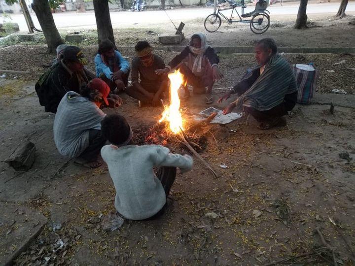 निवार चक्रवात का असर रायपुर सहित पूरे प्रदेश में सुबह से ही दिखना शुरू हो गया। ठंडी हवाएं चल रही हैं। बिलासपुर में हल्की बारिश और तेज हवाओं ने ठंड बढ़ा दी है। इसके बाद लोग सड़कों पर अलाव तापते दिखाई दिए। - Dainik Bhaskar