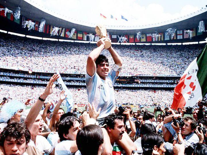1986 वर्ल्ड कप जीतने के बाद अर्जेंटीना के कप्तान मैराडोना को बाकी प्लेयर्स ने कंधे पर उठा लिया था। - Dainik Bhaskar