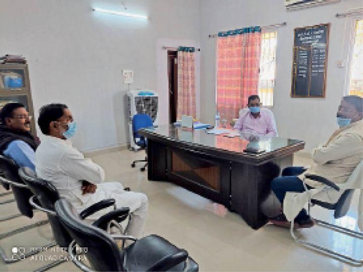 आईटीडीए निदेशक से मुलाकात करते विधायक और अन्य। - Dainik Bhaskar