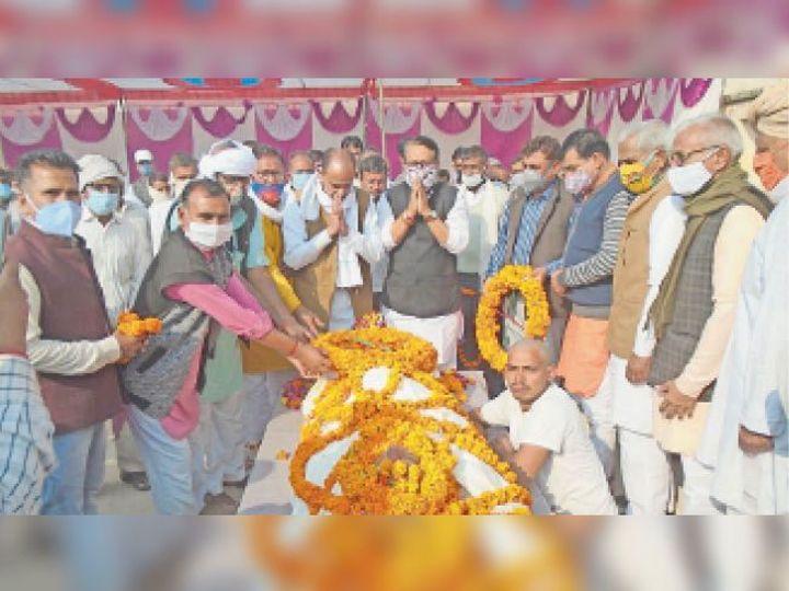 सारसर में पूर्व विधायक आर्य के अंतिम दर्शन करते हुए नेता व ग्रामीण। - Dainik Bhaskar