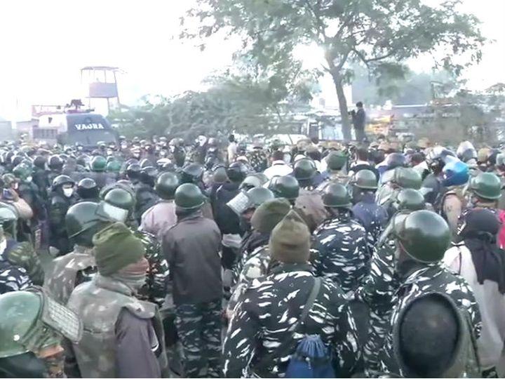 किसान आंदोलन को देखते हुए सिंघु (हरियाणा-दिल्ली बॉर्डर) सीमा पर भारी पुलिस बल की तैनाती है। - Dainik Bhaskar