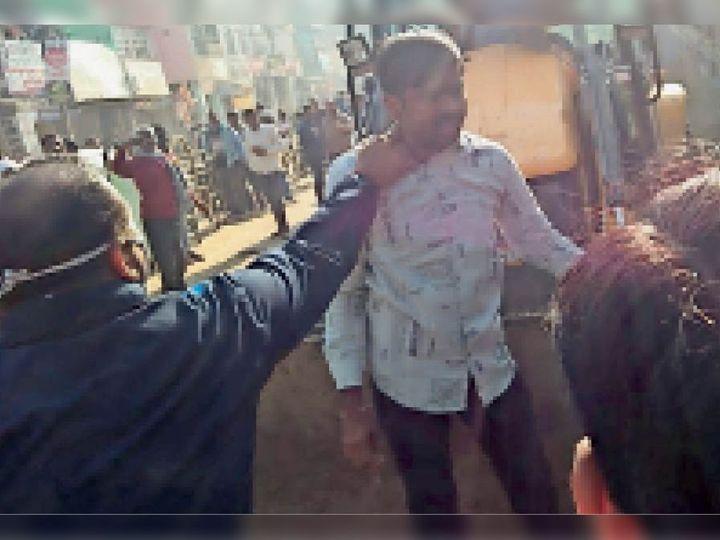 जेसीबी पर चढ़े व्यापारी को पकड़कर नीचे उतारते सीएसपी। - Dainik Bhaskar