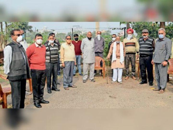 इनहांसमेंट को लेकर विरोध जताते आरडब्ल्यूए के सदस्य। - Dainik Bhaskar