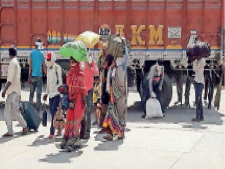वापस घर लौट रहे प्रवासी मजदूर - Dainik Bhaskar