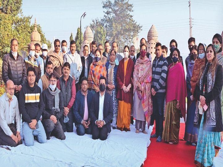 स्व. सेठ बिमल प्रसाद की पुण्यतिथि पर उपस्थित परिवार के सदस्य व अन्य। - Dainik Bhaskar