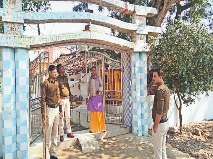 चोरी की घटना की पड़ताल करती पुलिस - Dainik Bhaskar