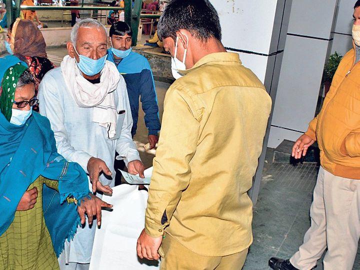 सिविल अस्पताल में मरीजाें के हाथाें पर काेराेना टेस्ट कराने के दौरान लगाई मुहर देने के बाद ही एंट्री देते स्वास्थ्य विभाग के कर्मचारी। - Dainik Bhaskar