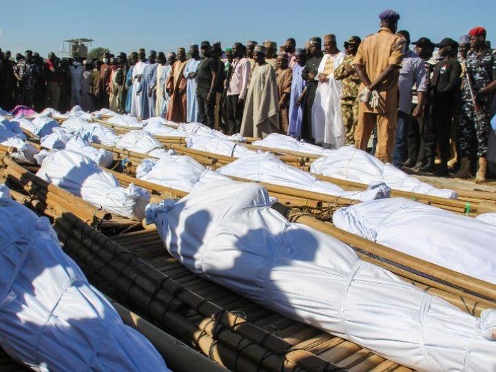 आतंकी हमले में मारे गए लोगों के अंतिम संस्कार की तैयारी करते स्थानीय लोग। - Dainik Bhaskar