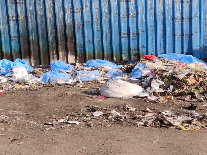 पीएमसीएच परिसर में आईजीआईसी जाने वाले रास्ते पर पड़े पीपीई किट और मेडिकल कचरा। - Dainik Bhaskar