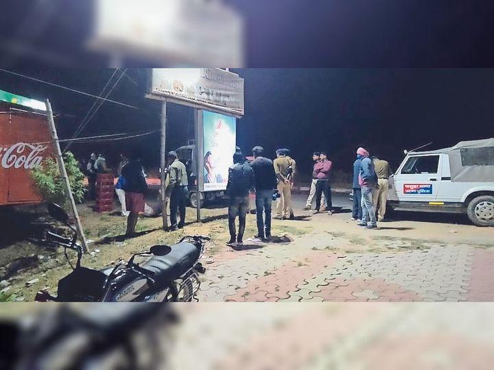 फतुहा में स्काॅर्पियो लूट के दौरान हत्या के बाद घटनास्थल की जांच करती पुलिस। - Dainik Bhaskar
