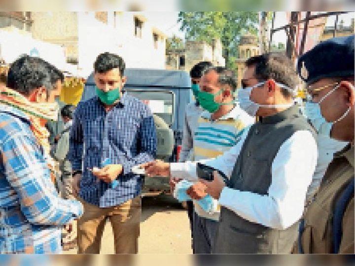 चालान कटवाने के लिए पैसे न होने पर कलेक्टर अपनी जेब से 100 रुपए देते कलेक्टर संजय कुमार। - Dainik Bhaskar