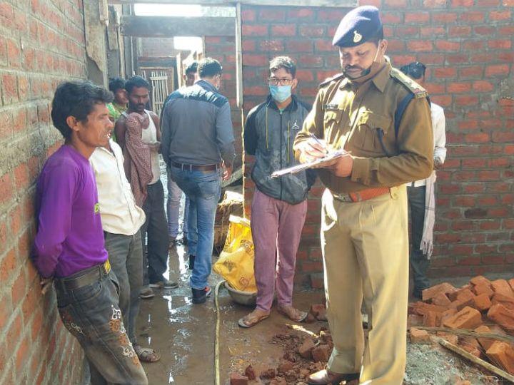 निर्माणाधीन मकान में काम करने वाले मजदूरों से पूछताछ करती पुलिस। - Dainik Bhaskar