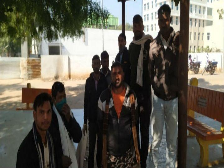 घटना के बाद परिजन और दोस्त पहुंचे। - Dainik Bhaskar