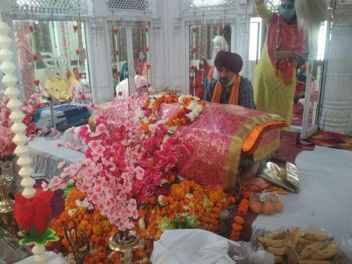 फूलबाग गुरूद्वारा में अखंड पाठ साहब और अरदास करते संत - Dainik Bhaskar
