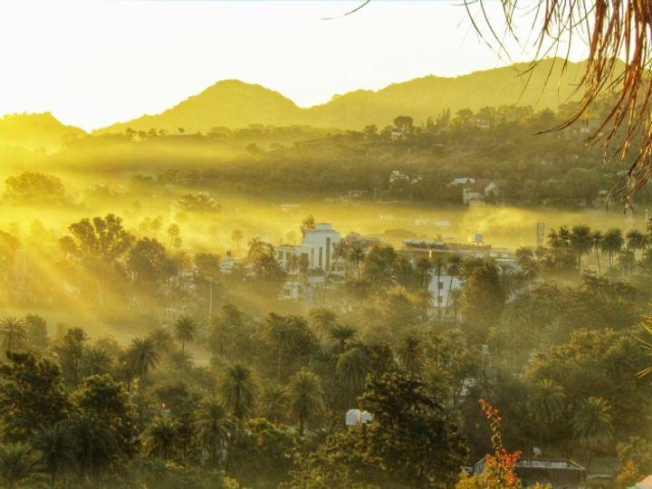 माउंट आबू में आज सुबह हल्का कोहरा छाया रहा। आज सुबह करीब 9 बजे सूर्य की किरणों से आबू के पर्वतीय क्षेत्रों में पड़ी  तो एक सुंदर दृश्य देखने को मिला। -फोटो: निधि सिंह - Dainik Bhaskar