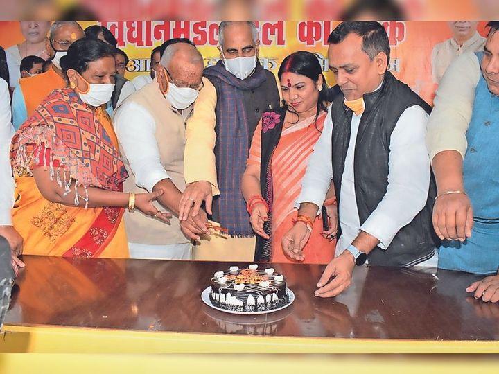 केक काटकर भाजपा प्रदेश अध्यक्ष का जन्मदिन मनाते डिप्टी सीएम तारकिशोर प्रसाद व रेणु देवी। - Dainik Bhaskar
