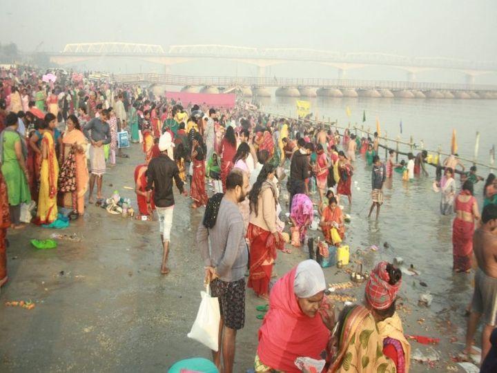 पटना के भद्रघाट पर कार्तिक पूर्णिमा के मौके पर स्नान के लिए उमड़े श्रद्धालु। - Dainik Bhaskar