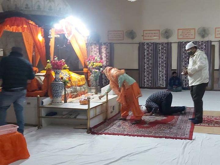 जोधपुर में सोमवार को प्रकाश पर्व पर गुरुद्वारे में अरदास करते श्रद्धालु। - Dainik Bhaskar