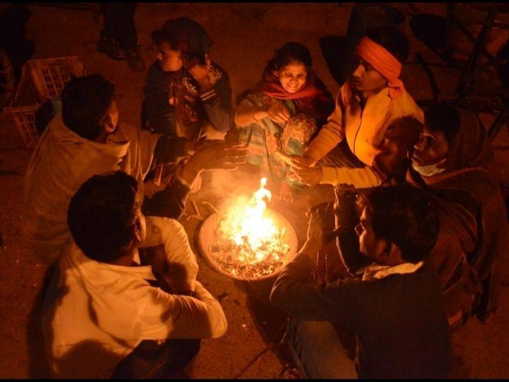 रात को चली हवा के बाद बढ़ी ठंड में अलाव सहारा बने है। - Dainik Bhaskar