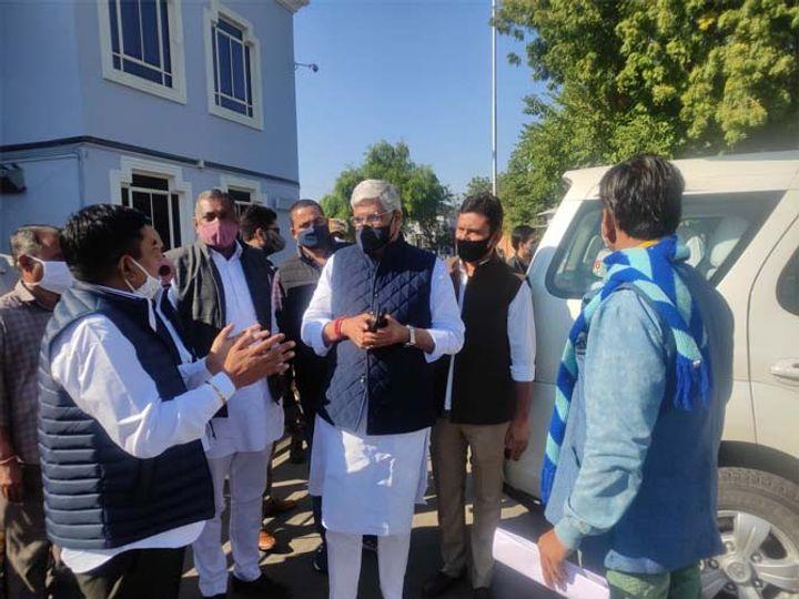 जोधपुर में सोमवार को एयरपोर्ट पर केन्द्रीय जल शक्ति मंत्री गजेन्द्र सिंह शेखावत। - Dainik Bhaskar