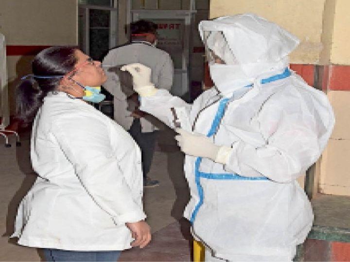 जेएलएन में कोरोना की जांच करते हुए स्वास्थ्य कर्मचारी। - Dainik Bhaskar