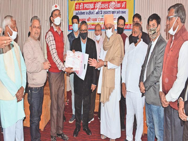 रक्तदान शिविर के दाैरान रक्तदाताअाें काे सम्मानित करते समाजसेवी राजेश जैन व अन्य। - Dainik Bhaskar