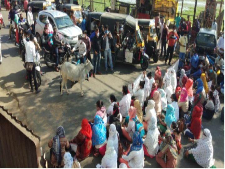 सीएमएचओ कार्यालय के बाहर धरने पर बैठे - Dainik Bhaskar