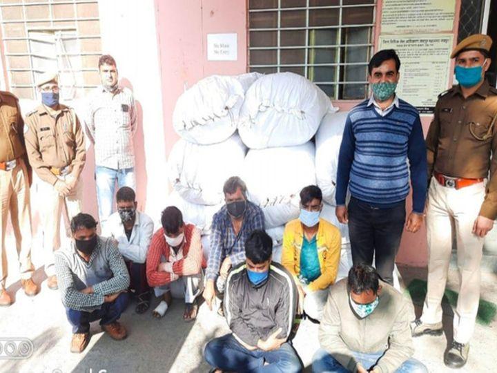 सांगोनर थाना पुलिस की गिरफ्त में कपड़ा चुराने व खरीदने वाली गैंग के सात आरोपी। इनके कब्जे से करीब 35 लाख रुपए का कपड़ा बरामद किया है। - Dainik Bhaskar