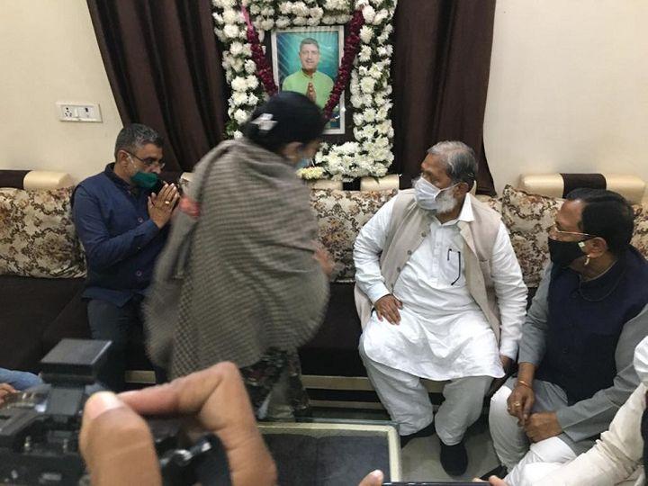 पानीपत में पूर्व पार्षद के घर पहुंचे गृह मंत्री से हाथ जोड़कर न्याय की मांग करते उनके भाई सतीश शर्मा। फोटो : नवीन मिश्रा - Dainik Bhaskar