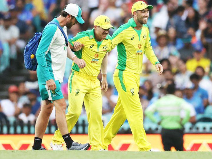 डेविड वॉर्नर दूसरे वनडे में फील्डिंग के दौरान चोटिल हो गए थे। साथी खिलाड़ी ग्लेन मैक्सवेल और मेडिकल स्टॉफ ग्राउंड से बाहर ले जाता हुआ। - Dainik Bhaskar