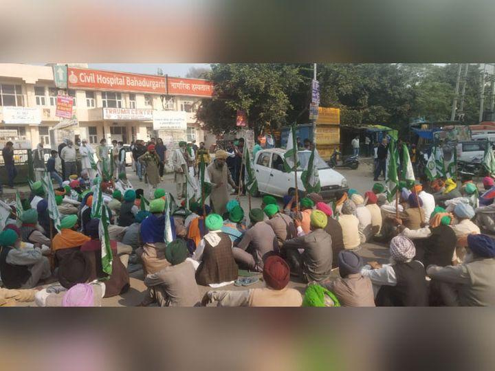 बहादुरगढ़ में सिविल अस्पताल के बाहर रोड जाम किए बैठे आंदोलनकारी किसान और मारे गए दो किसानों के परिजन। - Dainik Bhaskar