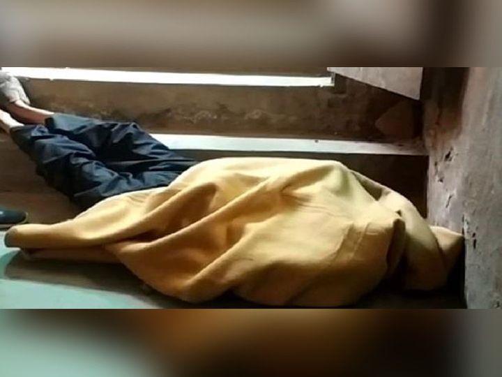 करनाल के कोर्ट परिसर में सीढ़ियों पर पड़ा वकील के पूर्व मुंशी का शव। उसकी मौत की वजह की जांच-पड़ताल जारी है। - Dainik Bhaskar
