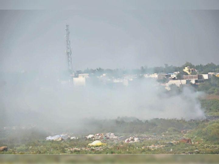 इस तरह कचरा जलाया जाता है, जिससे प्रदूषण फैल रहा है। - Dainik Bhaskar