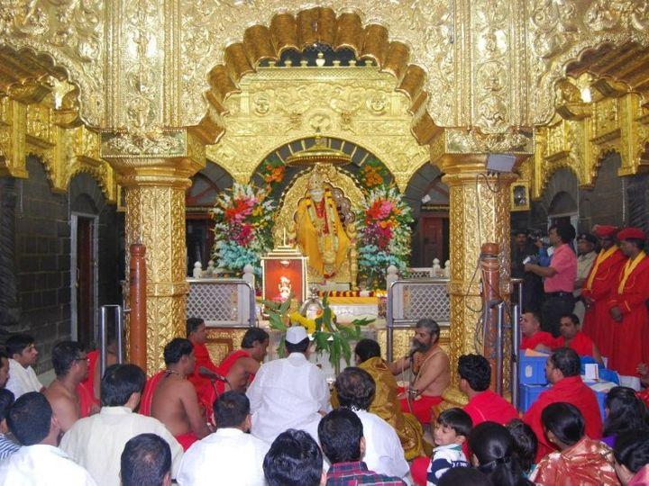 मंदिर ट्रस्ट का कहना है कि उन्होंने सिर्फ भारतीय परिधान पहन कर आने की अपील की है, वे लोगों से जबरदस्ती इसे मानने को नहीं कह रहे हैं। - Dainik Bhaskar