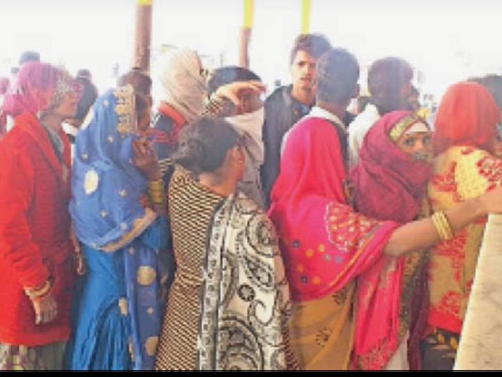 भरतपुर. बस स्टैण्ड पर टिकट लेने के लिए लगी महिलाओं की भीड़। - Dainik Bhaskar
