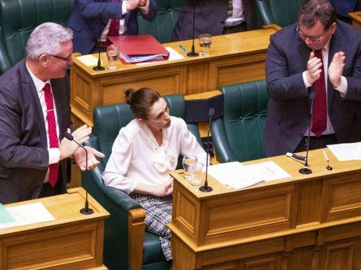 बुधवार को न्यूजीलैंड की संसद में क्लाइमेट इमरजेंसी बिल पास होने के बाद प्रधानमंत्री जेसिंडा अर्डर्न और उनके सहयोगी मंत्री। - Dainik Bhaskar
