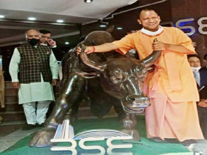 उत्तर प्रदेश के सीएम योगी आदित्यनाथ बुधवार को बॉम्बे स्टॉक एक्सचेंज पहुंचे। उन्होंने बीएसई के बुल के साथ फोटो खिंचवाई। - Dainik Bhaskar