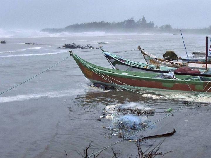 फोटो तमिलनाडु की है। 25 नवंबर को यहां निवार तूफान आने के समय समुद्र की लहरें काफी तेज हो गई थीं। - Dainik Bhaskar