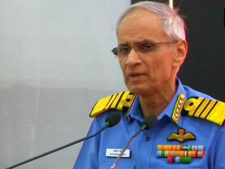 नेवी डे (4 दिसंबर) के पहले गुरुवार को नौसेना प्रमुख एडमिरल करमबीर सिंह ने प्रेस कॉन्फ्रेंस की। सिंह ने कहा- इस वक्त नौसेना के सामने दोहरी चुनौती है और हम इसके लिए तैयार हैं। - Dainik Bhaskar