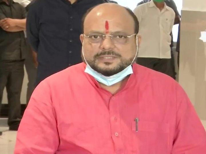 महाराष्ट्र के मंत्री गुलाब पाटिल मुंबई में मीडिया के सवालों के जवाब दे रहे थे। - Dainik Bhaskar