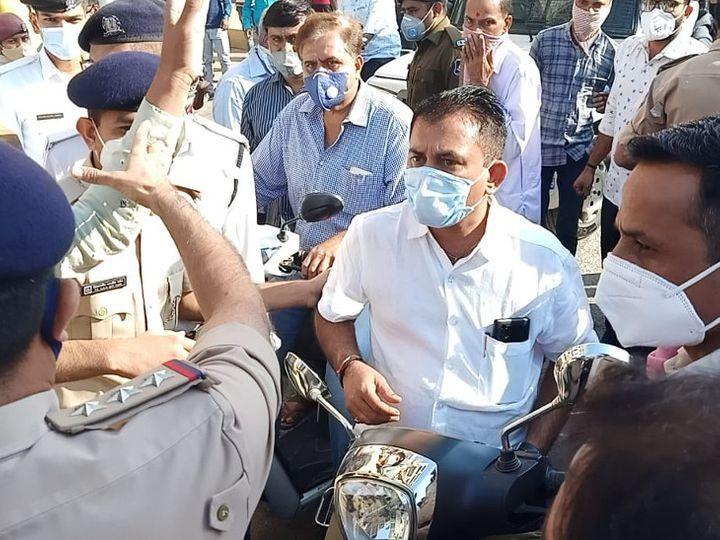 गुजरात के अमरेली में कांग्रेस नेता स्कूटर से बाजार बंद कराने पहुंचे। इस दौरान उनकी पुलिस से बहस भी हई। - Dainik Bhaskar