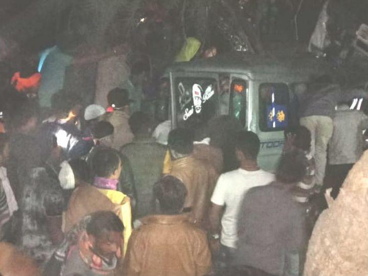हादसे की सूचना मिलने पर पुलिस मौके पर पहुंची और सवारियों को बाहर निकाला। - Dainik Bhaskar