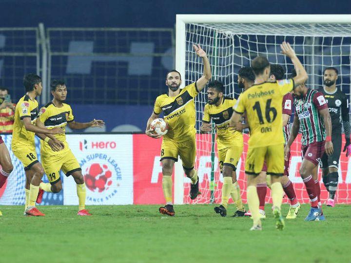ब्राजीलियन मिडफील्डर जोआओ विक्टर ने 65वें मिनट में पेनाल्टी को गोल में तब्दील करके हैदराबाद को 1-1 की बराबरी दिलाई। गोल के बाद टीम के खिलाड़ी खुश नजर आए। - Dainik Bhaskar