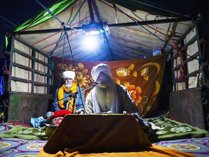 फोटो सिंघु बार्डर की है। यहां आंदोलन के दौरान शाम में किसान सत्संग कर रहे हैं। - Dainik Bhaskar