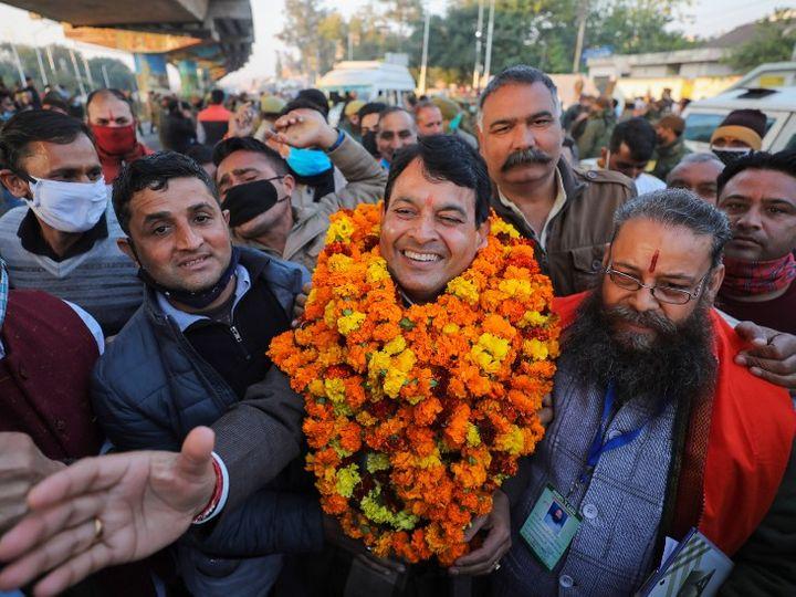फोटो जम्मू की है। यहां DDC इलेक्शन में जीत के बाद जश्न मनाते BJP उम्मीदवार सुरेश कुमार। - Dainik Bhaskar