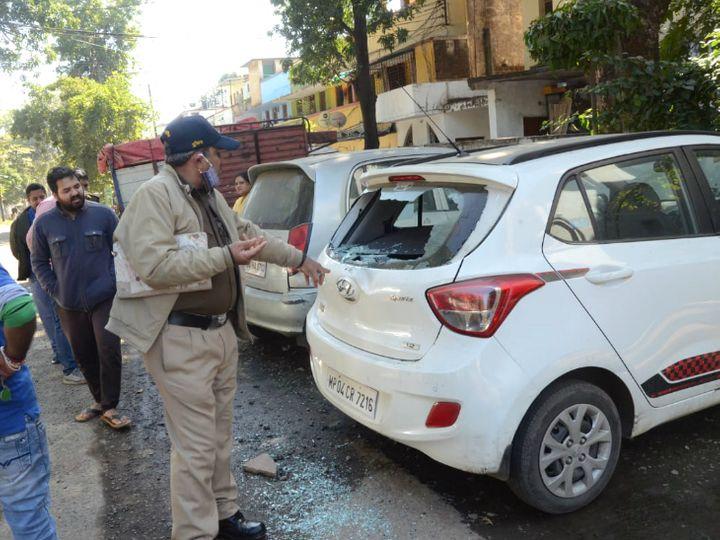 भोपाल में कारों से तोड़फोड़ के बाद सुबह पहुंची पुलिस ने जांच पड़ताल की। - Dainik Bhaskar