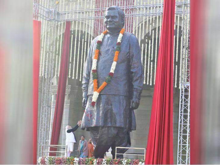 यह फोटो लखनऊ के लोकभवन की है। यहां पूर्व प्रधानमंत्री अटल की प्रतिमा लगी है। पिछले साल प्रधानमंत्री नरेंद्र मोदी ने इसका अनावरण किया था। - Dainik Bhaskar