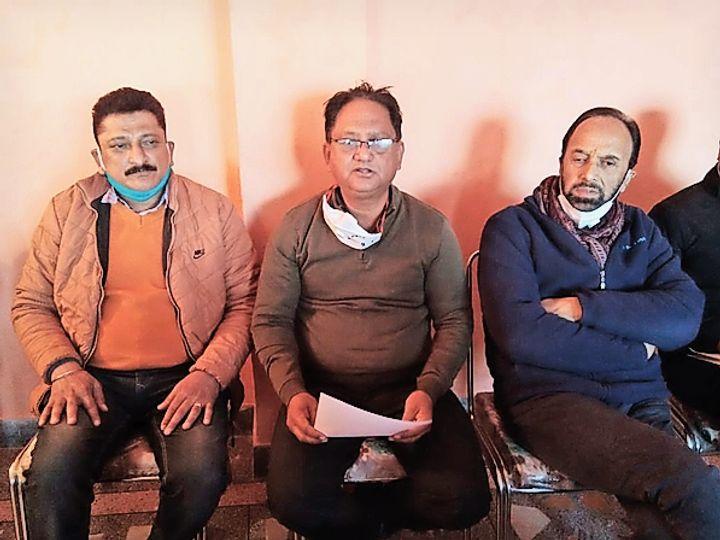 अर्की में कांग्रेस प्रत्याशियों की लिस्ट जारी करते राजेन्द्र ठाकुर। - Dainik Bhaskar