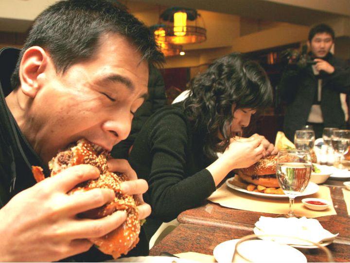 एक रिपोर्ट के मुताबिक, सिर्फ बीजिंग और शंघाई में लोग हर साल इतना खाना छोड़ देते हैं, जिससे तीन से पांच करोड़ लोगों को पूरे साल खाना खिलाया जा सके। -फाइल फोटो - Dainik Bhaskar